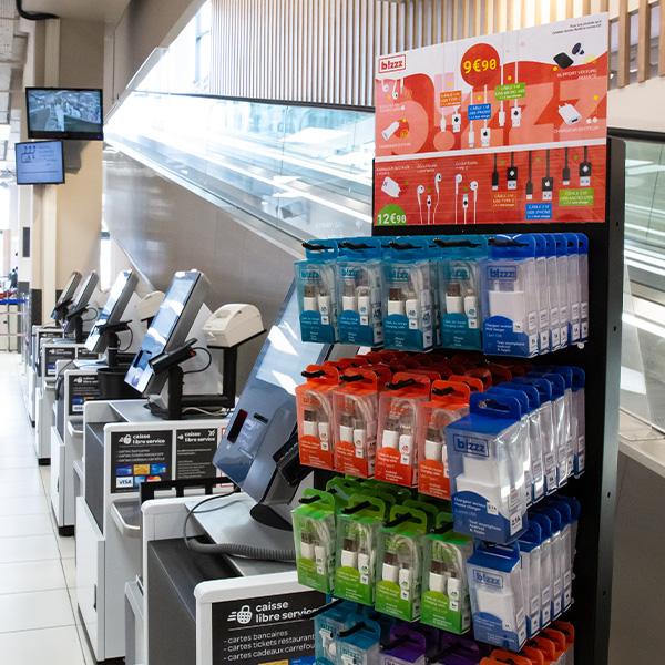 Exemple de présentoirs Bizzz en zone caisse